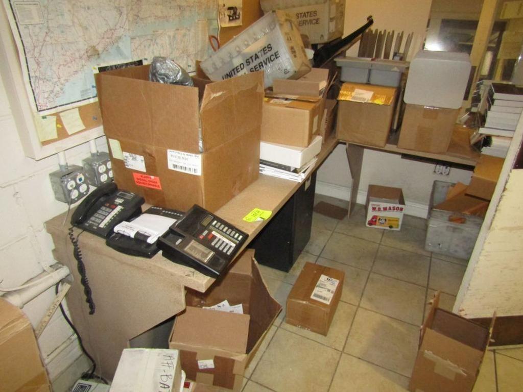 Büroinhalte (Arbeitsplatten, Aktenschränke, Regal, Pinnwand)