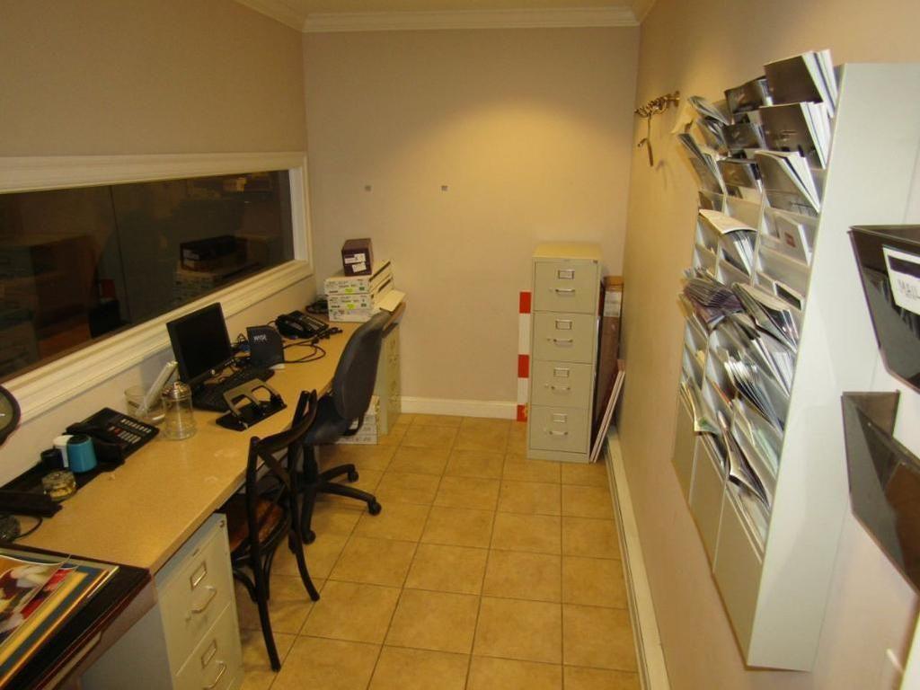 Inhalt des Büros (Arbeitsplatte, (2) Stühle, (3) Aktenschränke, Organisatoren, Pinnwand)