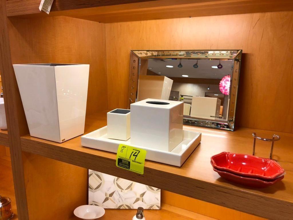Spiegel und verschiedenes Badzubehör