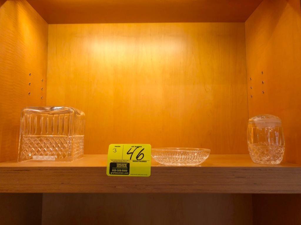 Verschiedene Badezimmer-Accessoires aus Glas