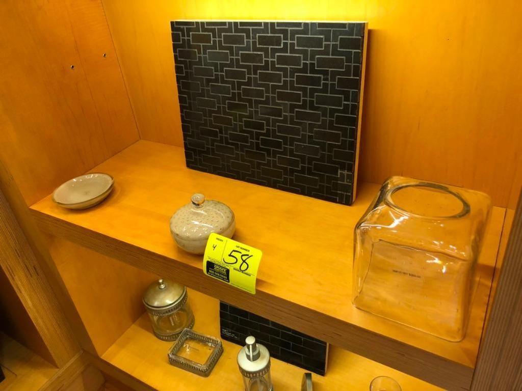 (1) Seifenscheibe, (1) Schüssel mit Deckel, (1) Taschendeckel für Gesichtstücher und (1) Fliesenplat