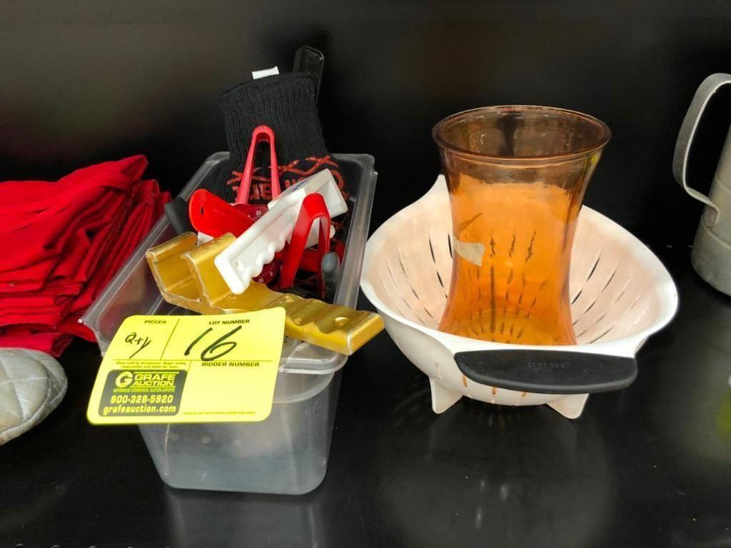 Menge Küchengeräte, Fassöffner, Sieb, Zangen und Vase