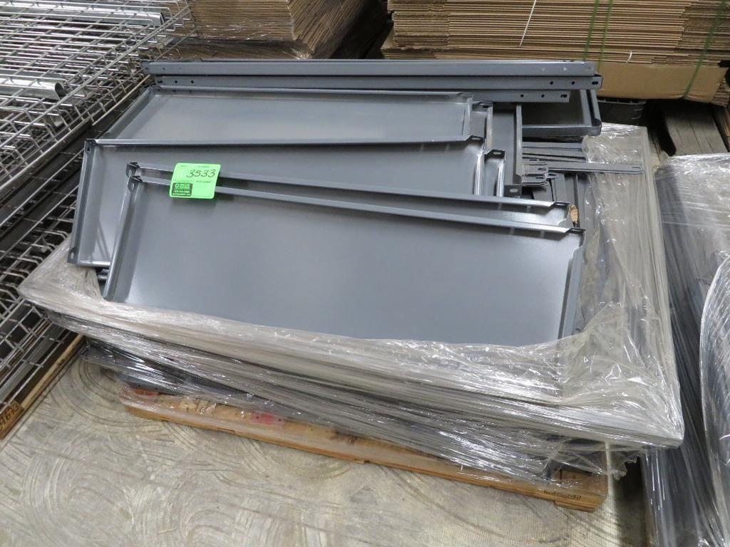 Palette von sortierten grauen Metallregalen