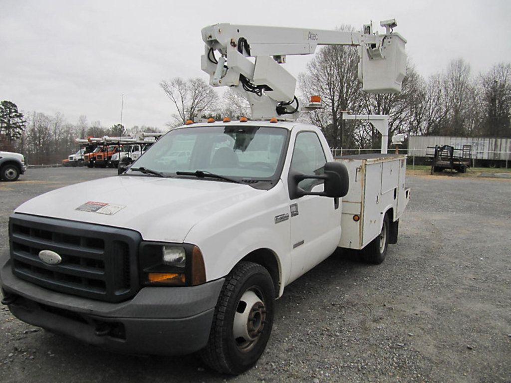 Altec AT200, Teleskop-nicht isolierter Schaufelwagen, montiert hinter dem Fahrerhaus des 2006er Ford