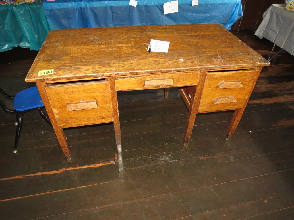 Erwachsener Schreibtisch