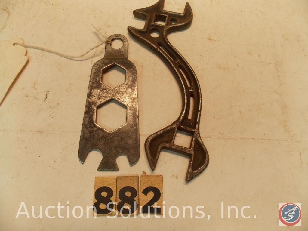(2) Schlüssel. (1) Maitag Nr. 14987 mit gekerbtem Loch (selten) 5 in. - (1) Schraubenschlüssel 7 in.