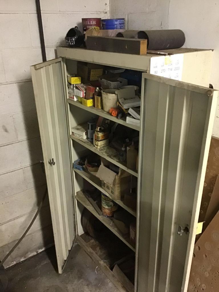 Metallgehäuse mit verschiedenen Befestigungselementen, Schrauben und mehr