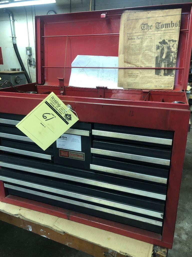 Handwerker-Werkzeugkasten geladen mit Schaftfräsern, Gebot, Messern, Werkzeugen