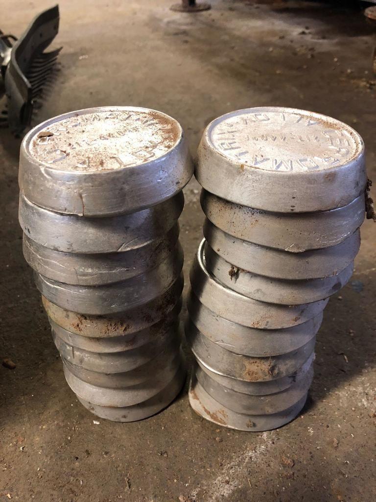 Eimerbeladung geschmolzener Aluminiumlegierungsformen Jede wiegt ca. 2 Pfund. Es gibt 20 von ihnen.