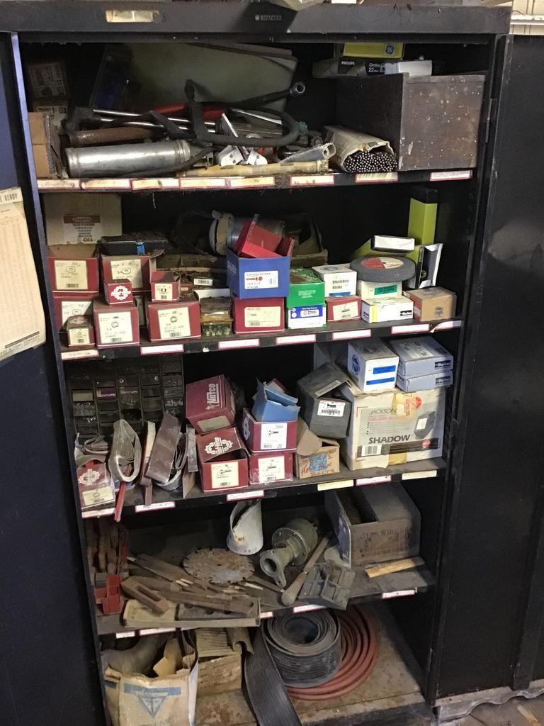 Metallschrank voller Befestigungselemente, Schleifbänder und mehr. Inhalt und Schrank enthalten