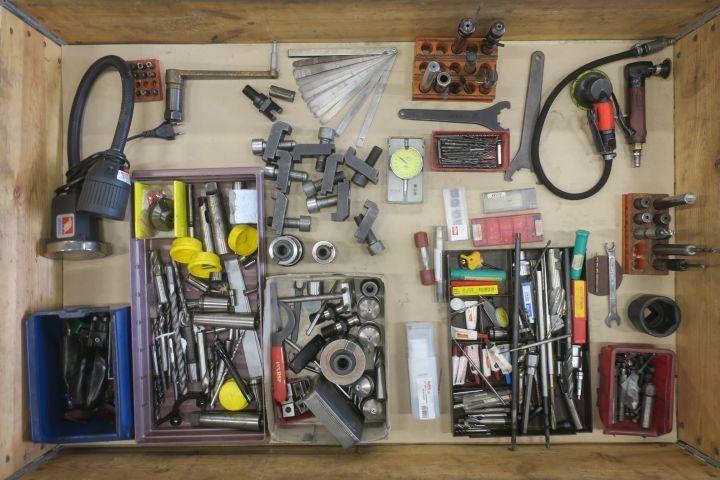 Sortiment mit Werkzeugmaschinen und Zubehör