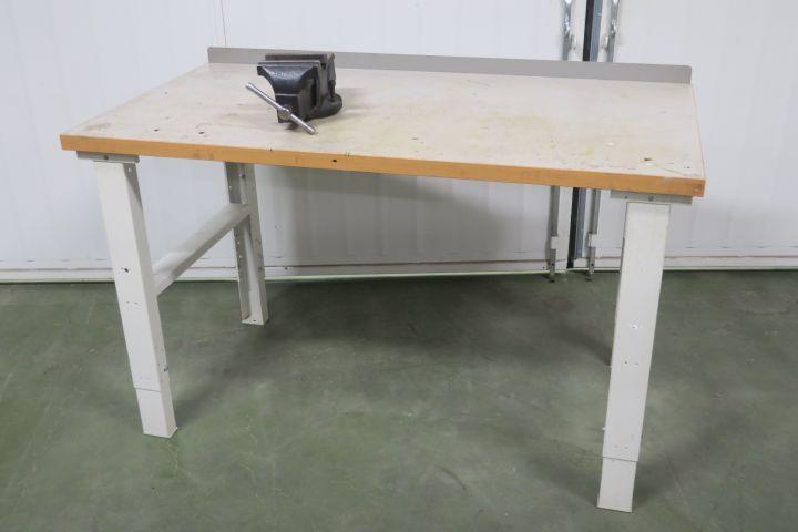 Werkbank mit Schraubstock