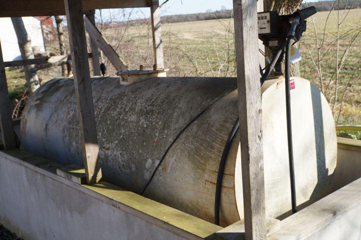 Dieseltank mit Pumpe