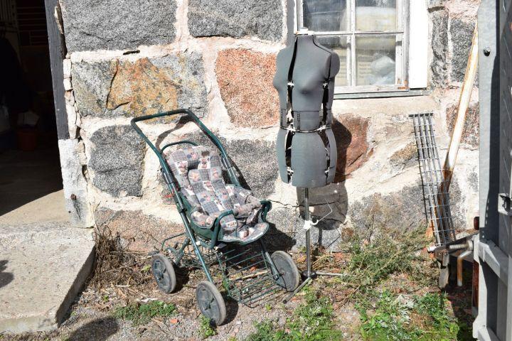 Kinderwagen und Testpuppe zum Nähen von Kleidern