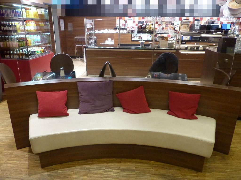 Sitzbank geschwungen mit Rückverglasung und weißer Lederpolsterung