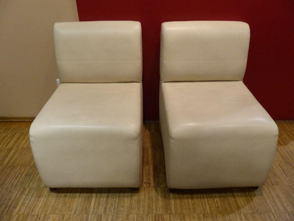 2x weiße Leder-Beistellsessel der Marke Almeco