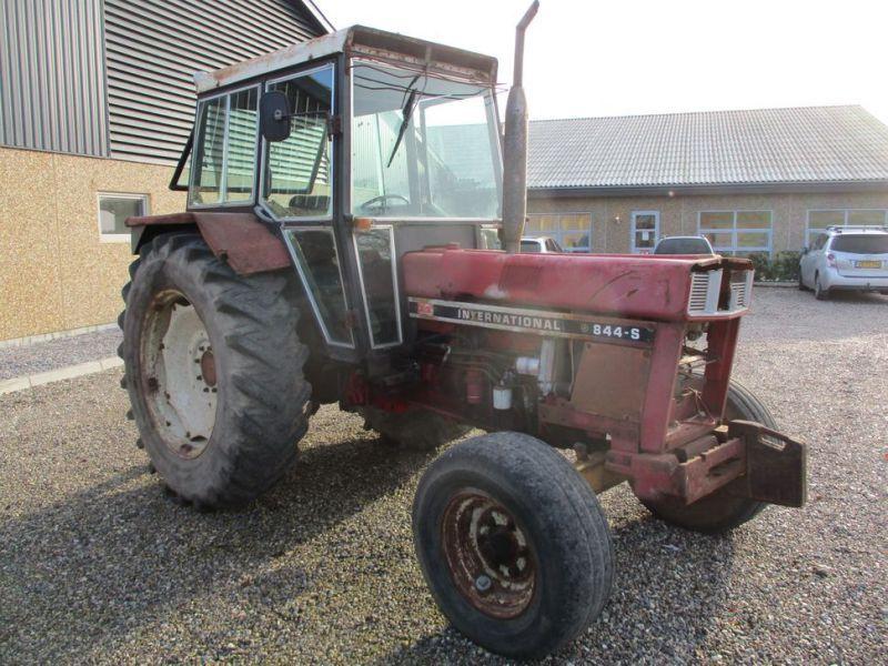 Internationaler IH 844S Traktor. 2 WD / Traktor