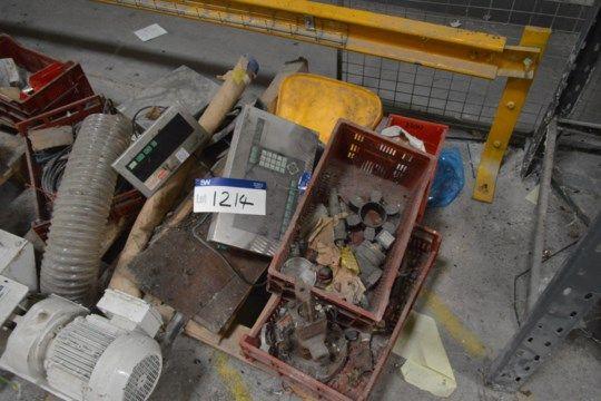 Sortierte Ausrüstung, auf Palette, mit digitalem Gewicht