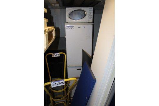 Zwei eintürige Kühlschränke & amp; Mikrowelle