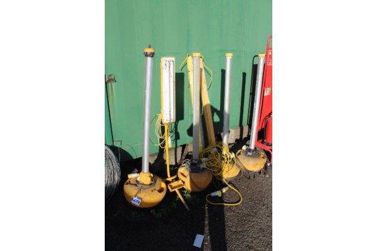 Fünf freistehende 110V Standortlampen