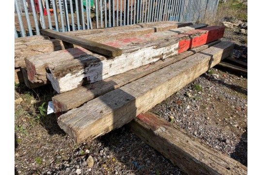 Sechs Holzbaulks, jeweils ca. 300 mm x 300 mm x 4,8 m lang