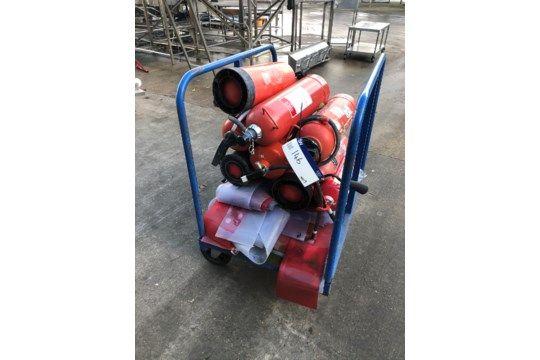 Wagen mit Feuerlöschern und Plastikplane