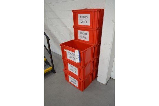 Acht rote Stapelkästen aus Kunststoff