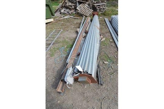 Rolltor aus verzinktem Stahl, ca. 5,9 m breit, (bekannt als unvollständig), mit Ausrüstung als