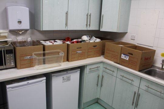 Sortiertes Geschirr, Besteck & amp; Glaswaren