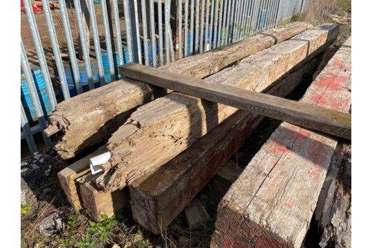 Fünf Holzbaulks, jeweils ca. 300 mm x 300 mm x hauptsächlich 4,8 m lang