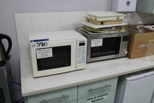 Zwei Mikrowellen & amp; Zwei Wasserkocher