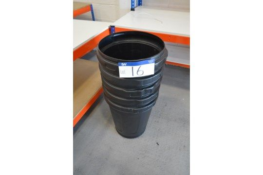 Fünf Abfalleimer aus schwarzem Kunststoff