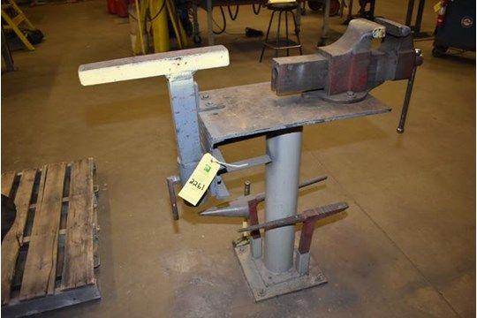 Schraubstock mit Werkzeugen