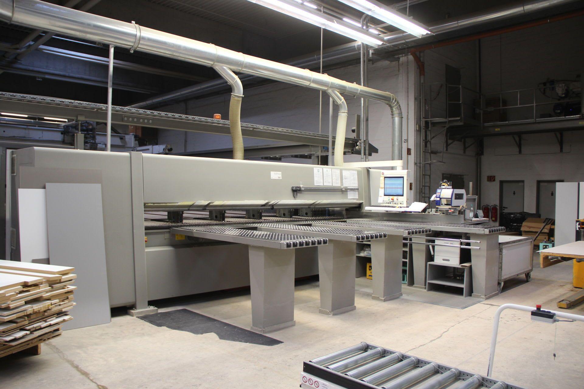 HOLZMA HPP 510/43/43/X Plattensäge mit Luftkissentischen auf der Rückseite und Ausrichter