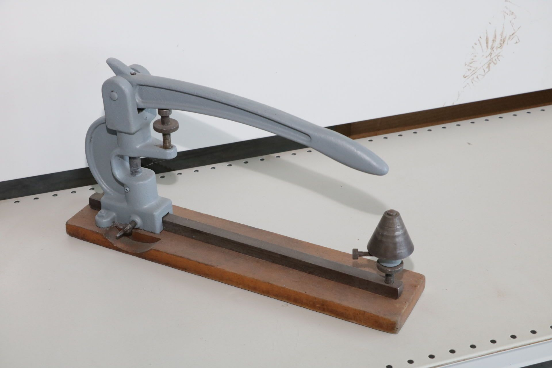 Einstellmaschine für Sägebänder einer Sägebandmaschine