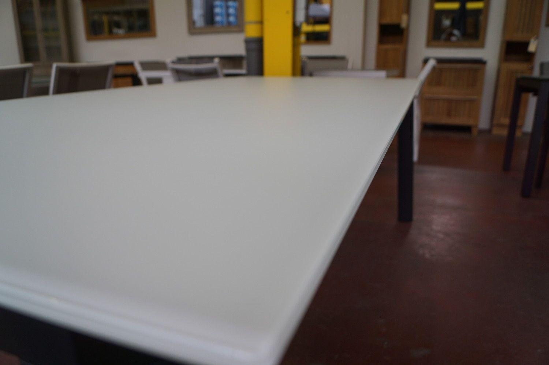 1 Alu Gartentisch frame houtskool + Hartglasplatte Weiß