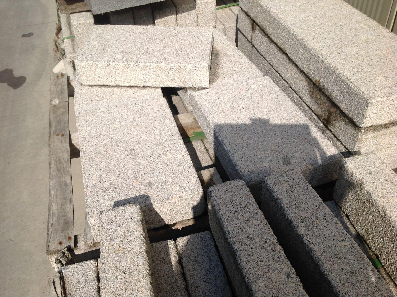 4.125 lm Bordstein oder Palisade 75x8x25 hellgrauer Granit