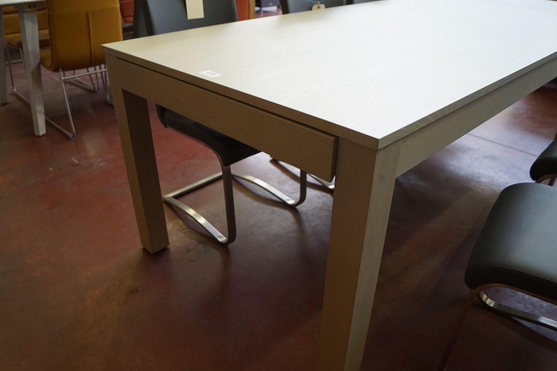 1 ausziehbarer Tisch in Eichengrau