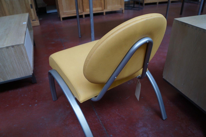 1 Modernere gelber Beistellstuhl