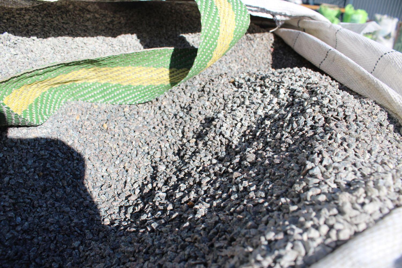 0,8 Tonnen Porphyr gespalten 2/4 grüngrau - ± 0,5 m³